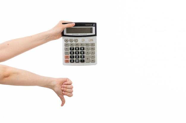 Una vista frontal mano femenina calculadora que muestra signo diferente en el blanco