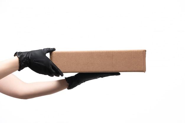 Una vista frontal mano femenina con paquete de alimentos en blanco