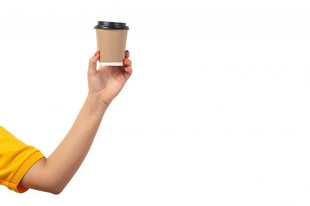 Una vista frontal mano femenina sosteniendo la taza de café en blanco