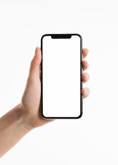 Vista frontal de la mano que sostiene el teléfono inteligente