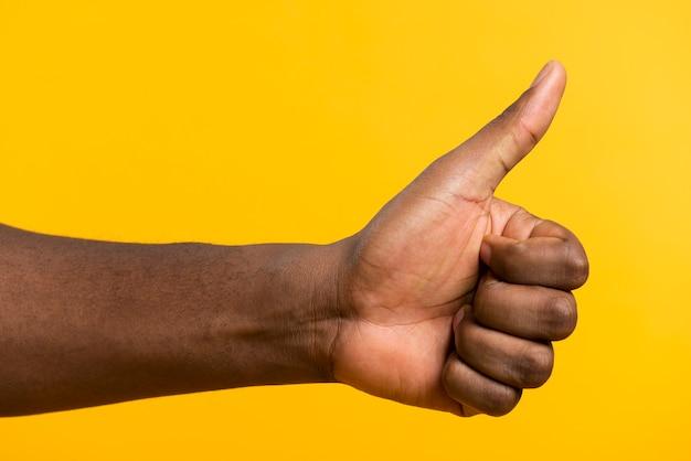 Vista frontal mano con signo ok