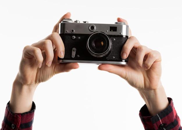 Vista frontal de las manos con cámara