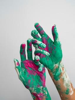 Vista frontal de manos pintadas