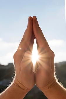 Vista frontal de las manos en posición de oración