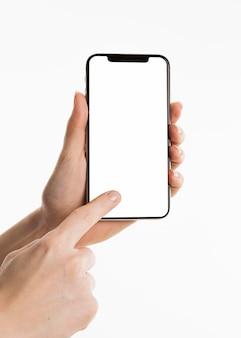 Vista frontal de manos con smartphone
