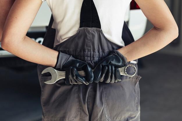 Vista frontal manos sosteniendo llave