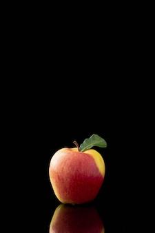 Vista frontal de la manzana con espacio de reflexión y copia