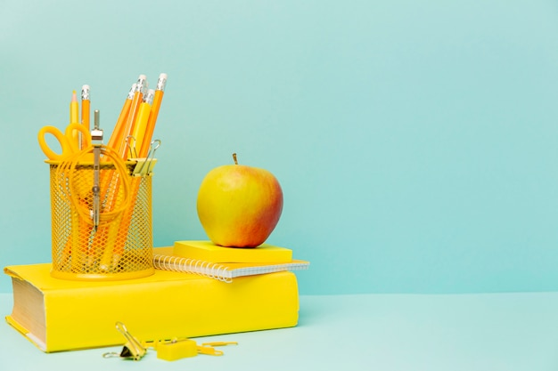 Vista frontal de manzana con material de oficina