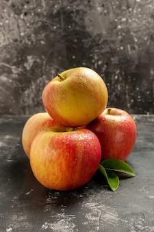 Vista frontal de las manzanas frescas en la foto oscura fruta suave jugo de vitamina madura pera de árbol de color