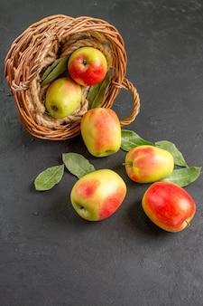 Vista frontal de las manzanas frescas frutas maduras dentro de la canasta en la mesa gris árbol de frutas frescas maduras