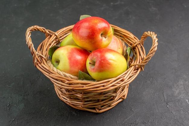 Vista frontal de las manzanas frescas frutas maduras dentro de la canasta en la mesa gris fruta de árbol madura fresca