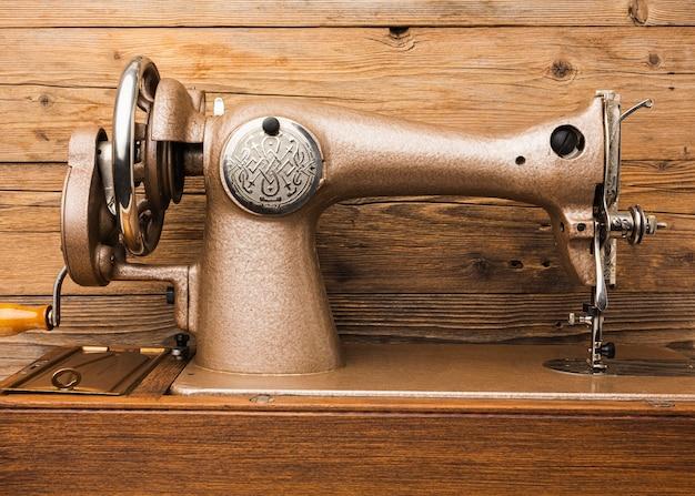 Vista frontal de la máquina de coser vintage