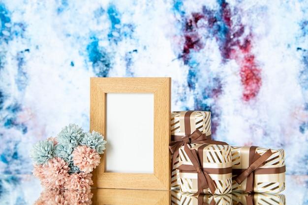 Vista frontal del marco de imagen en blanco el día de san valentín presenta flores aisladas sobre fondo abstracto