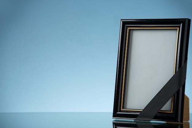 Vista frontal del marco de imagen vacío en azul