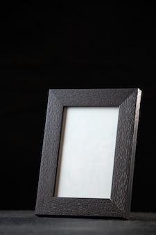 Vista frontal del marco de imagen vacío en la oscuridad