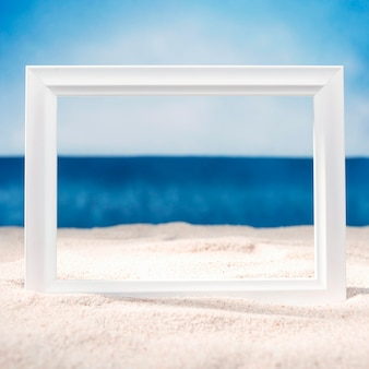 Vista frontal del marco en la playa