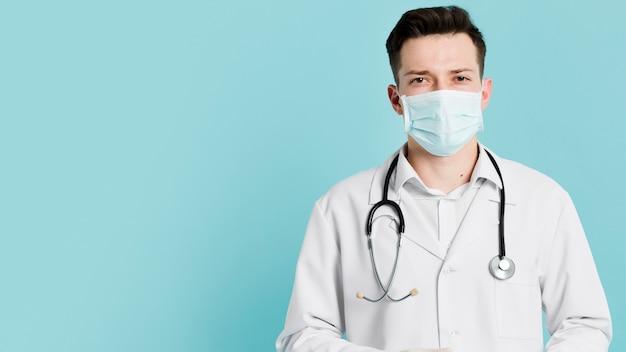 Vista frontal del médico con estetoscopio y máscara médica