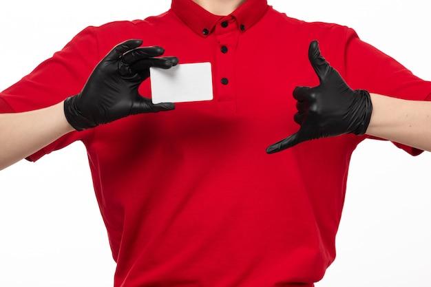 Una vista frontal de mensajería femenina en camisa roja guantes de cuero negro con tarjeta blanca