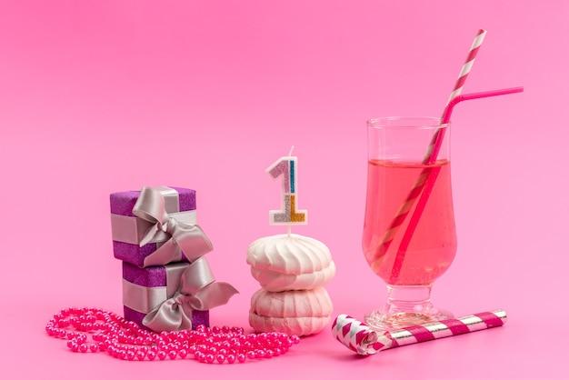 Una vista frontal de merengues y cajas con bebida en color rosa, pastel de galleta