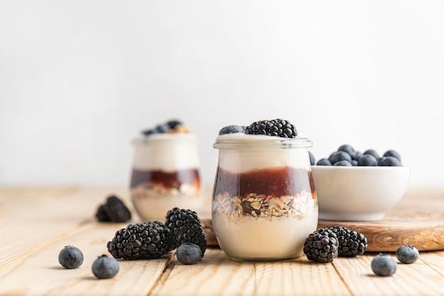 Vista frontal mezcla de yogurt con frutas del bosque, avena y mermelada