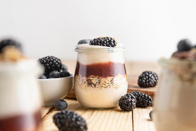 Vista frontal mezcla de yogurt con frutas del bosque, mermelada y avena