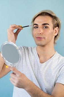 Vista frontal de la mirada de maquillaje masculino