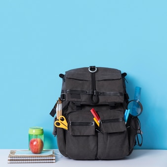Vista frontal de la mochila con cuaderno y espacio de copia