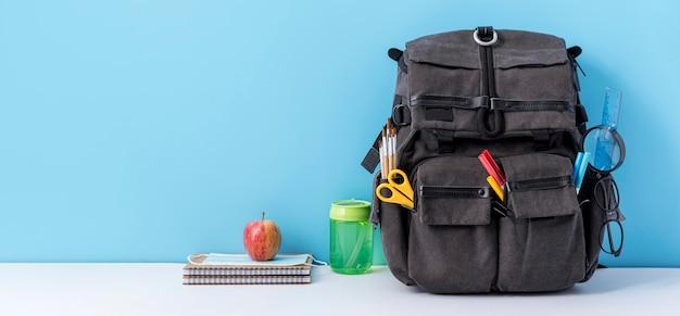 Vista frontal de la mochila con espacio de copia y cuadernos