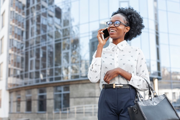 Vista frontal moderna mujer hablando por teléfono