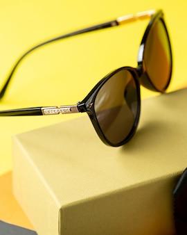 Una vista frontal modernas gafas de sol oscuras en el naranja-negro