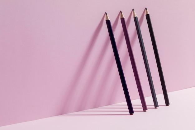 Vista frontal montón de lápices con espacio de copia