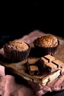 Vista frontal de muffin de chocolate con espacio de copia