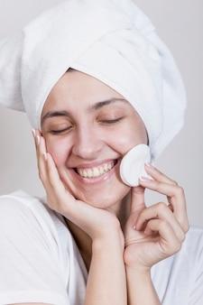 Vista frontal mujer con almohadillas de algodón
