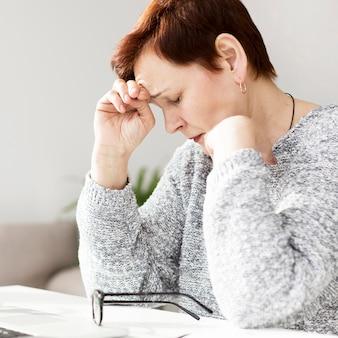 Vista frontal de la mujer con ansiedad en el escritorio