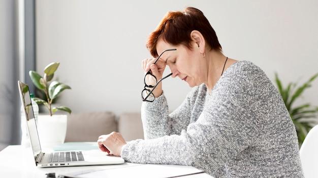 Vista frontal de mujer con ansiedad