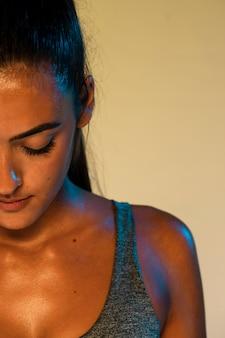 Vista frontal de la mujer atleta de primer plano