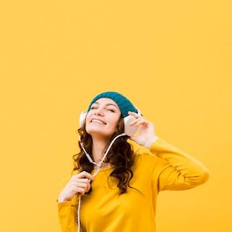 Vista frontal de mujer con auriculares