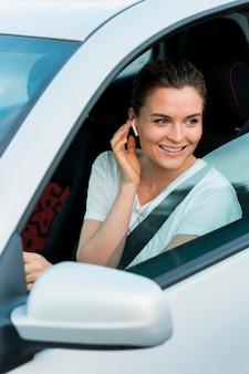 Vista frontal de la mujer en auto personal