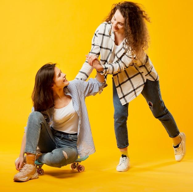 Vista frontal de la mujer ayudando a su amiga