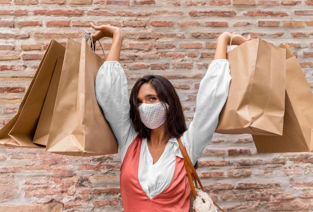 Vista frontal, de, mujer, con, bolsas de compras