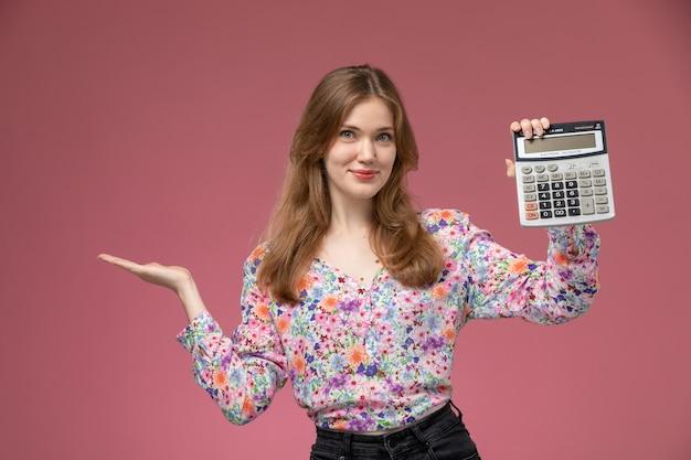 Vista frontal mujer bonita satisfecha con su calculadora