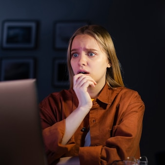 Vista frontal de la mujer busca preocupación