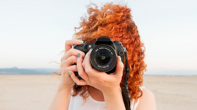 Vista frontal mujer con cámara
