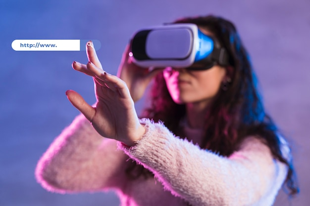 Vista frontal de la mujer con casco de realidad virtual