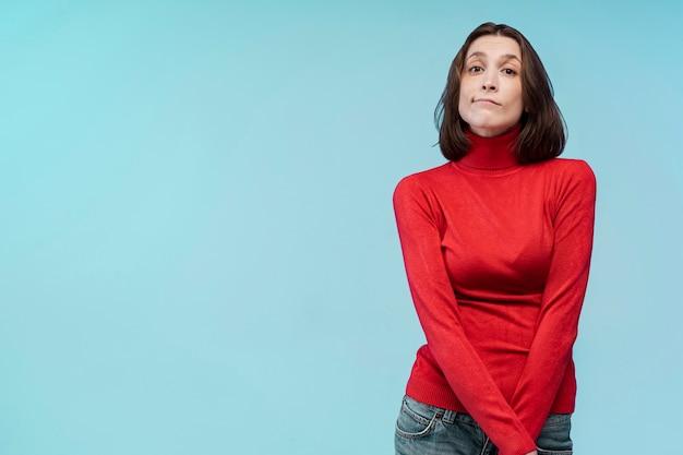 Vista frontal de una mujer cautivadora con espacio de copia