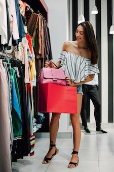 Vista frontal mujer en centro comercial