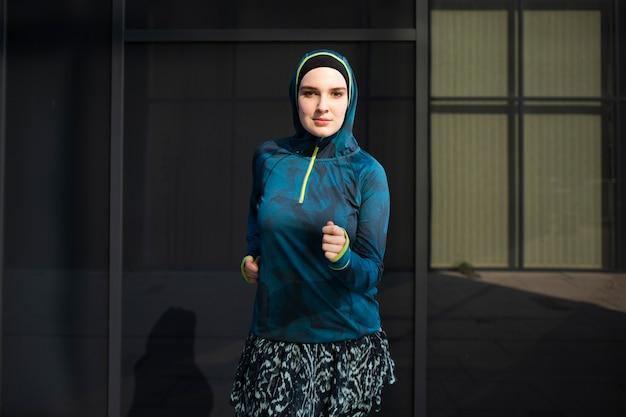 Vista frontal de la mujer con chaqueta azul