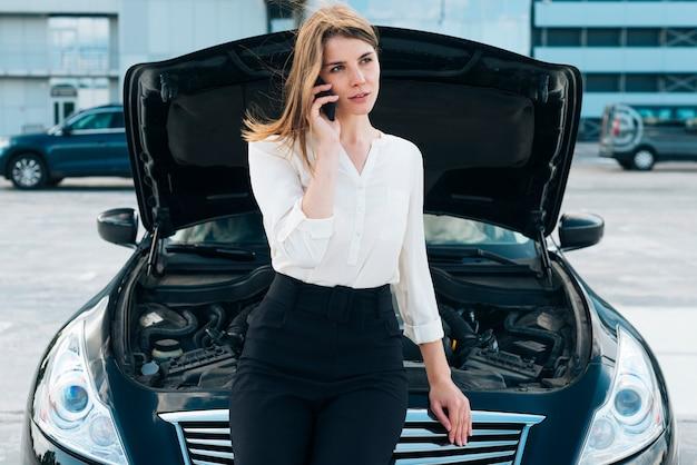 Vista frontal, de, mujer y coche