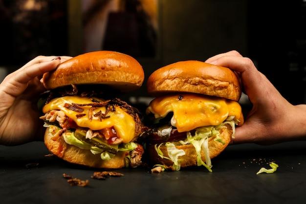 Vista frontal mujer comiendo hamburguesas de carne