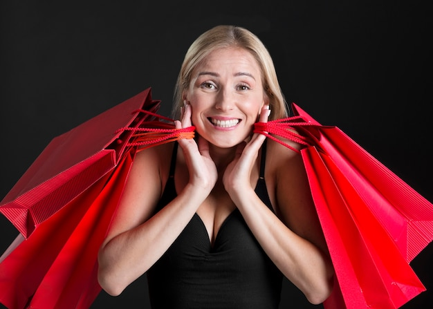 Vista frontal de la mujer con el concepto de bolsa de compras